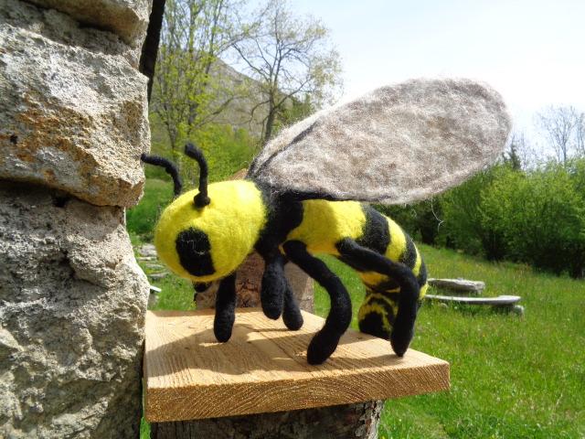 abeille géante en laine