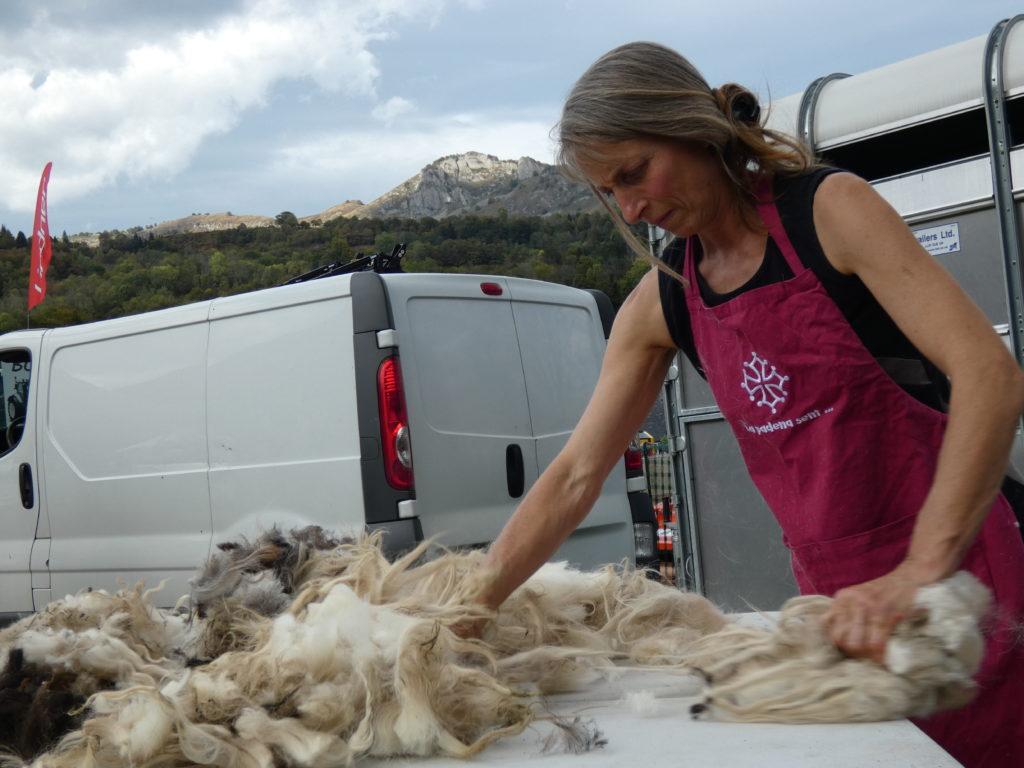 la feutrière trie la laine sur la table